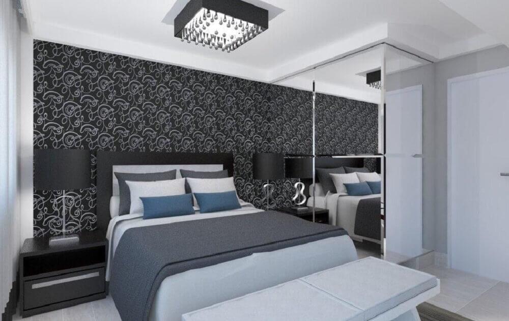 quarto preto decorado com papel de parede e espelho