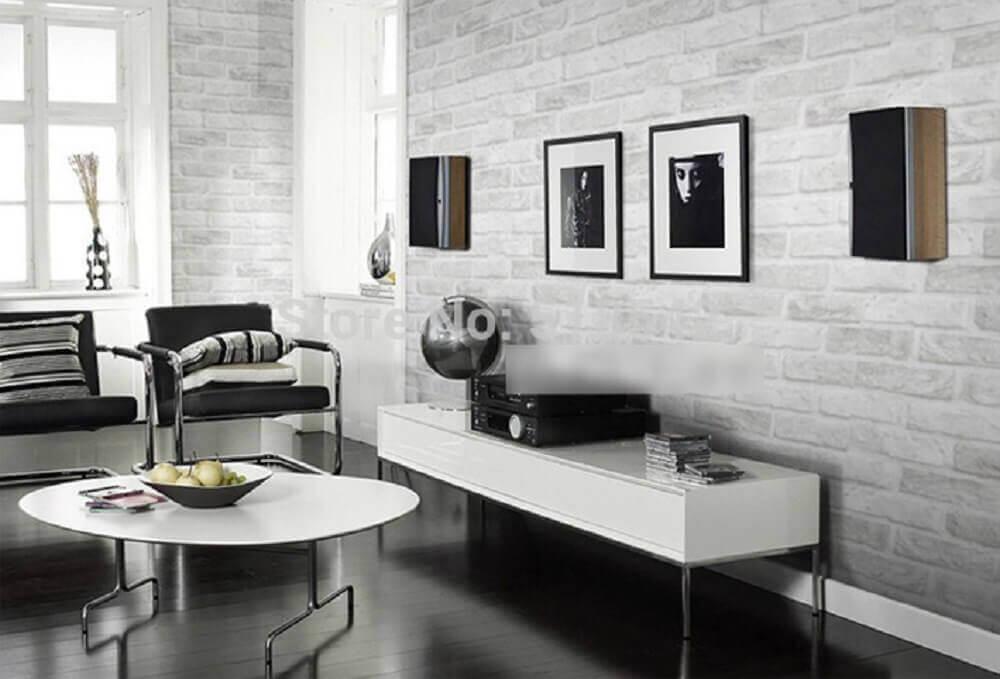 sala com papel de parede tijolinho branco