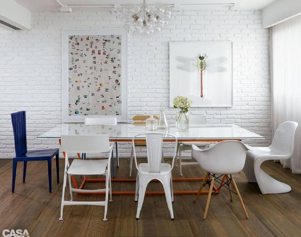sala de jantar com parede de tijolinho branco