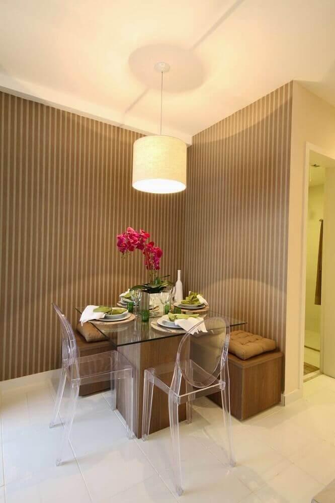sala pequena com mesa de jantar de vidro