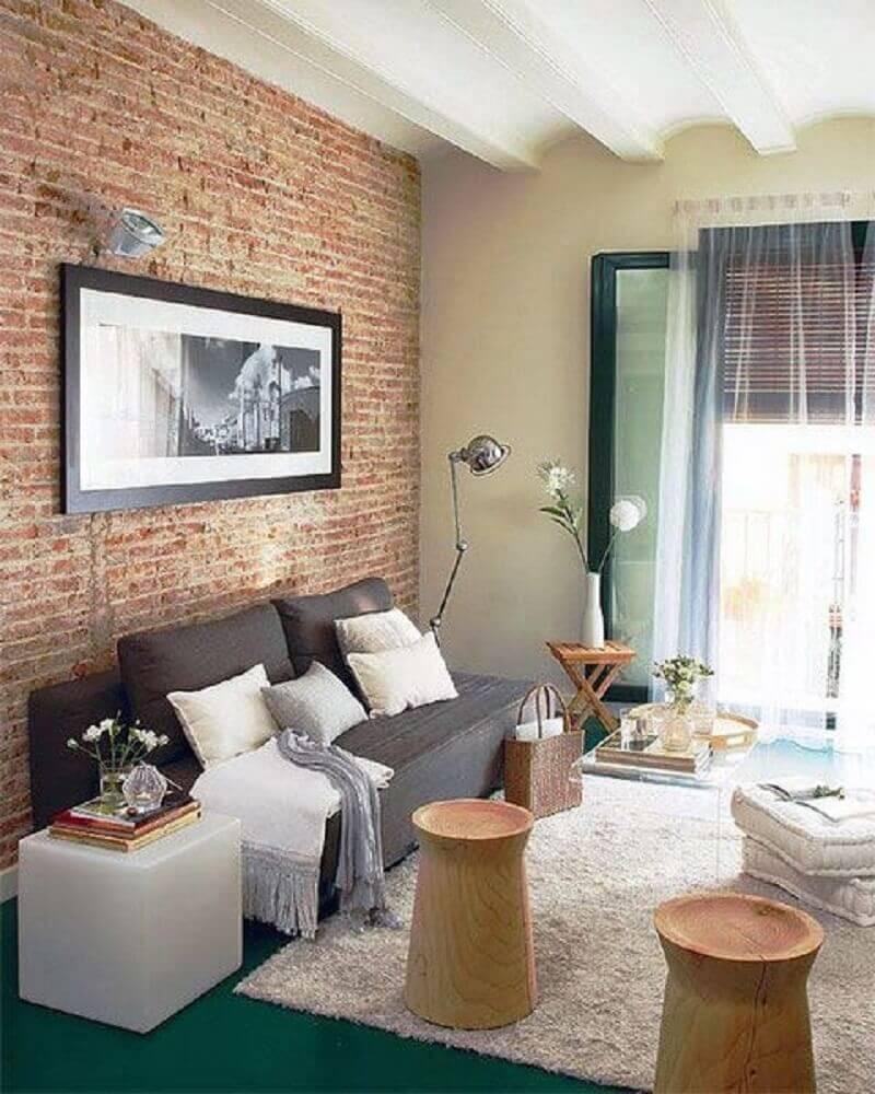 sala simples com parede textura de tijolinho