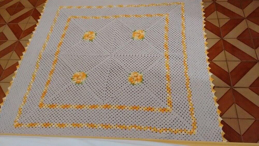 tapete de crochê quadrado e bordado com flores amarelas
