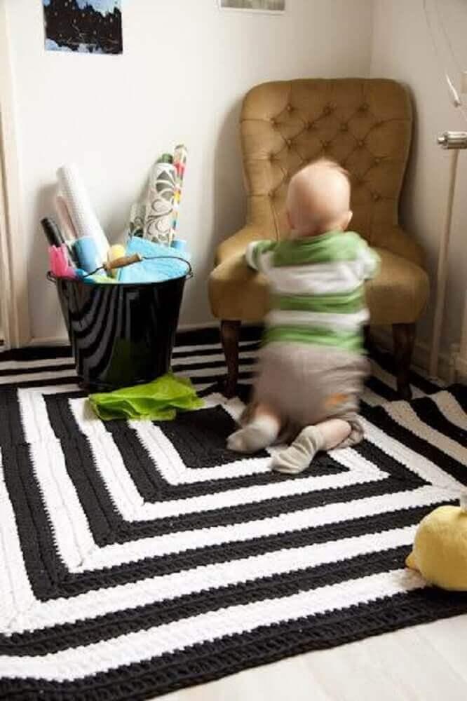 tapete de crochê preto e branco para quarto de bebê
