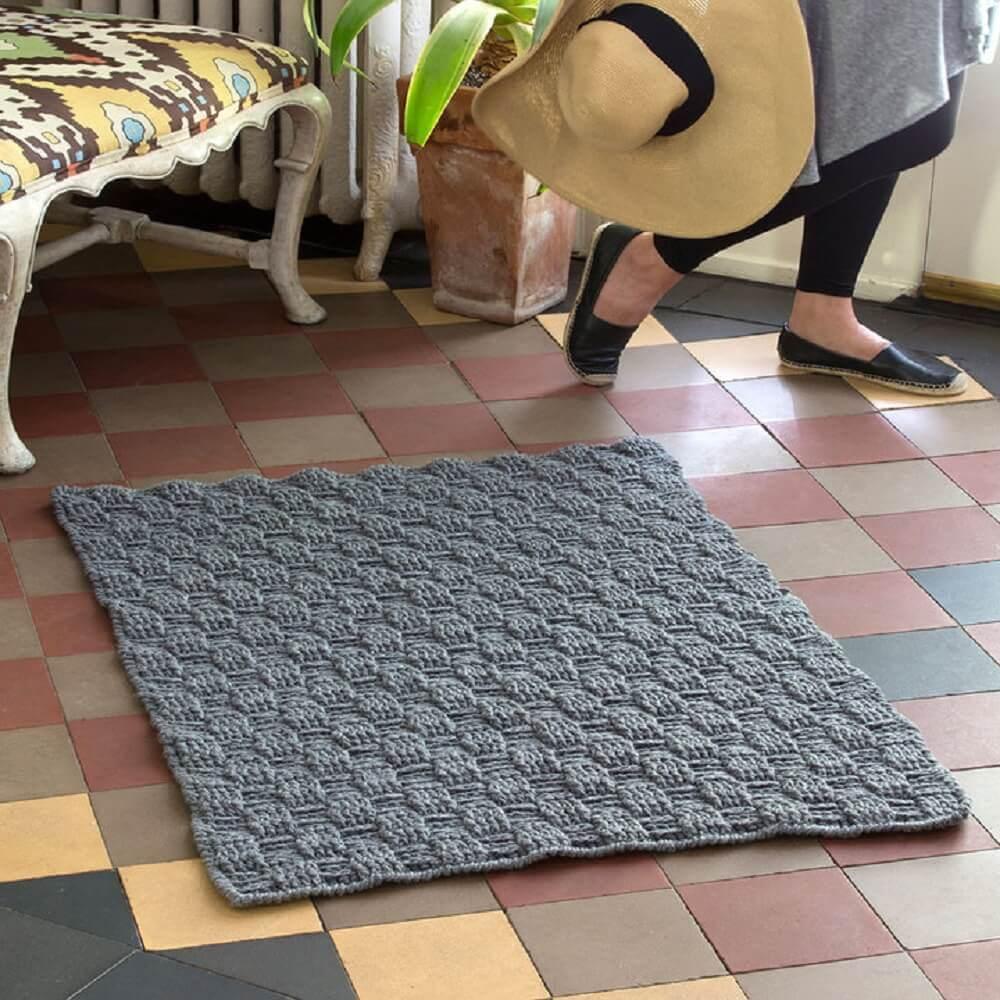 tapete de crochê quadrado cinza