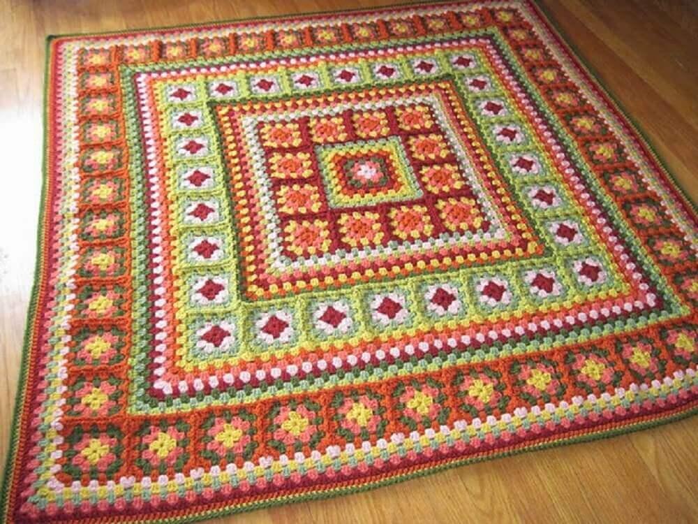 tapete de crochê quadrado com gráfico colorido