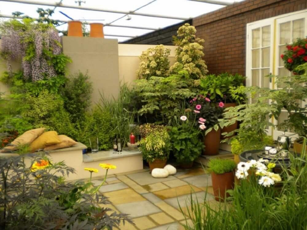 Jardim grande com flores e plantas