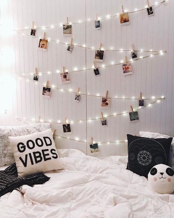 Varal de fotos com luzes de led no quarto
