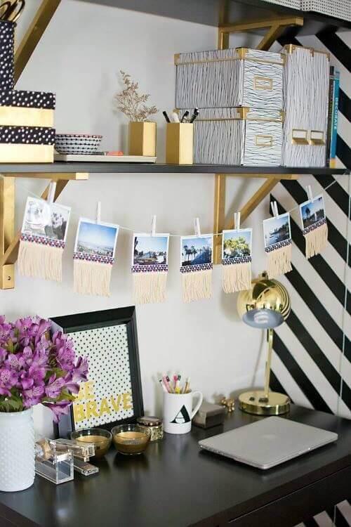 Escrivaninha decorada com varal de fotos