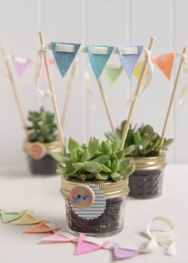vasinhos de suculentas decorados com bandeirinhas de feltro