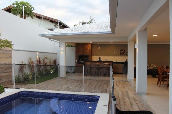 Área de lazer com churrasqueira com ilha Projeto de Bianca Monteiro