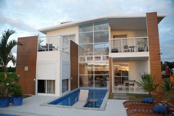 Área de lazer com piscina e espreguiçadeiras Projeto de Augusto Alvarenga