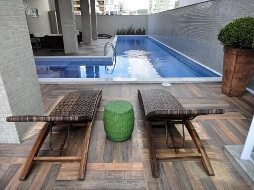 Área de lazer com piscina em L Projeto de Gabriela Herde