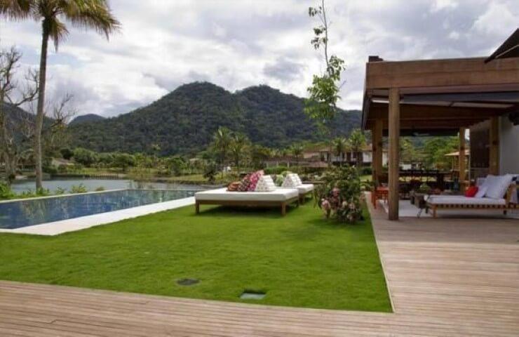 Área de lazer com piscina