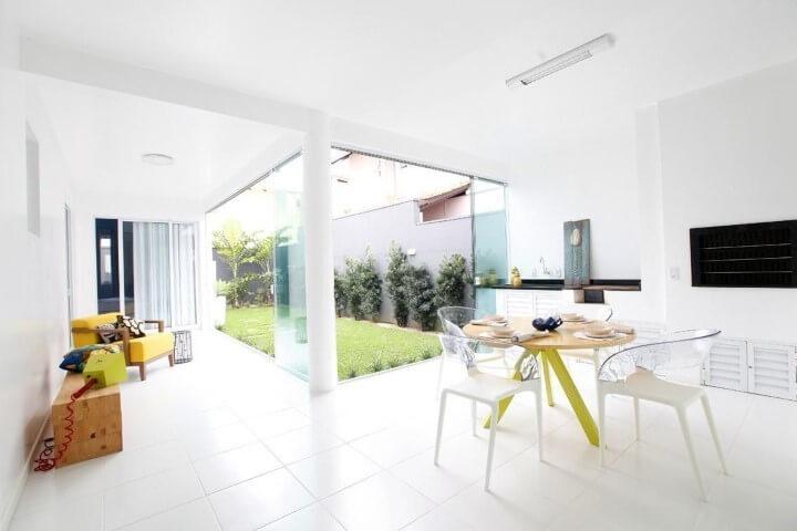 Área de lazer pequena com churrasqueira e decoração clean Projeto de Cristina Rei