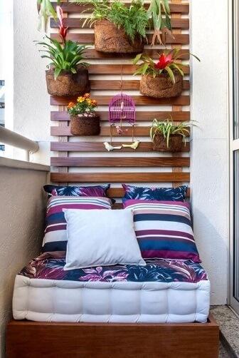 Área de lazer pequena com jardim vertical Projeto de Milena Aguiar