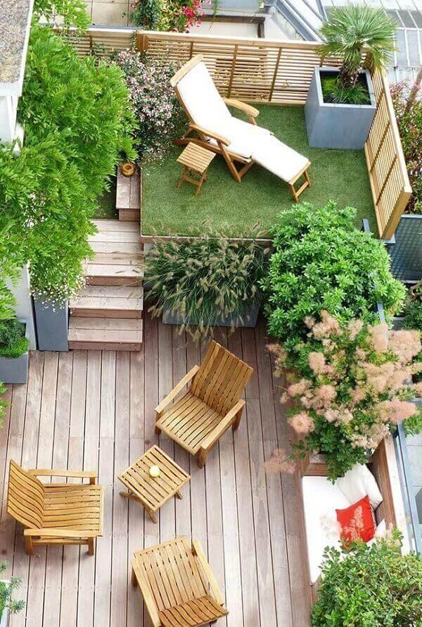 Área de lazer acolhedora com deck de madeira