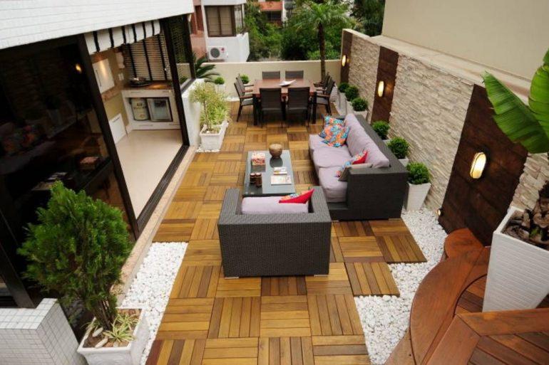 Projeto com deck de madeira modular para a área da varanda