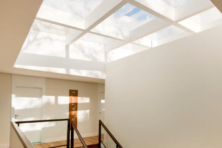 A claraboia de vidro deixou a escadaria muito mais iluminada. Projeto de Zize Zink