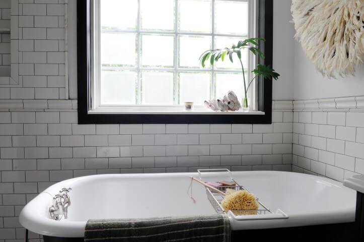 Banheiro com tijolo de vidro e subway tile