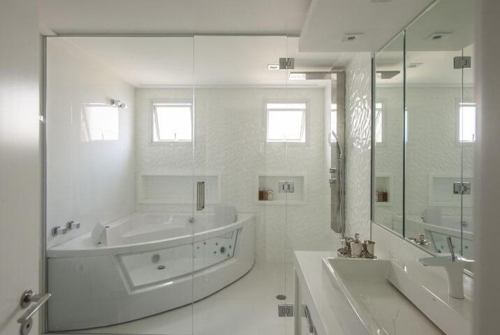 Banheiro de luxo branco com hidromassagem Projeto de Erica Salguero