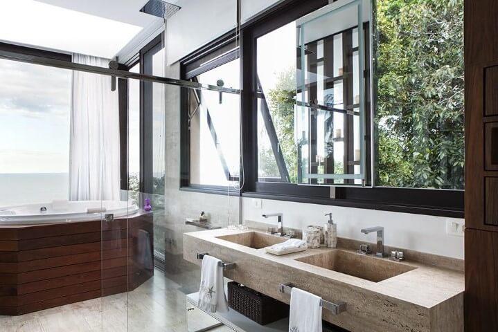 Banheiro de luxo com banheira branca revestida com madeira Projeto de Infinity Spaces