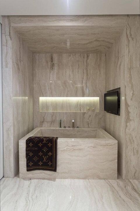 Banheiro de luxo com banheira de marmore Projeto de Mauricio Karam