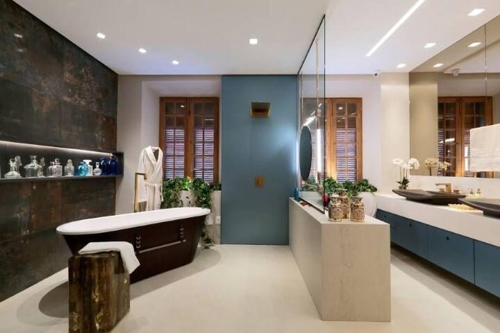 Banheiro de luxo com banheira preta Projeto de Casa Cor Pernambuco 2017