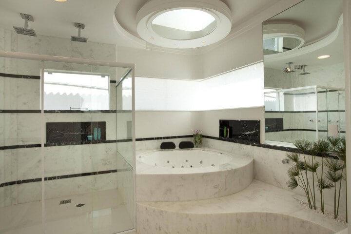 Banheiro de luxo com banheira redonda Projeto de Aquiles Nicolas Kilaris