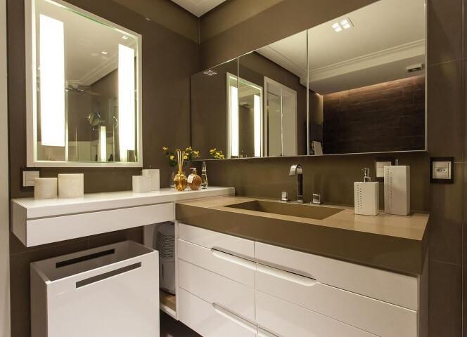 Banheiro de luxo com espelhos em duas paredes Projeto de Juliana Pippi