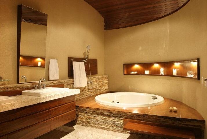 Banheiro de luxo com madeira e pedras Projeto de Ana Meirelles