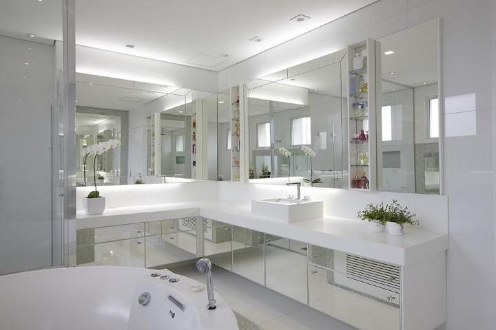 Banheiro de luxo com muito espelho Projeto de Patricia Covolo