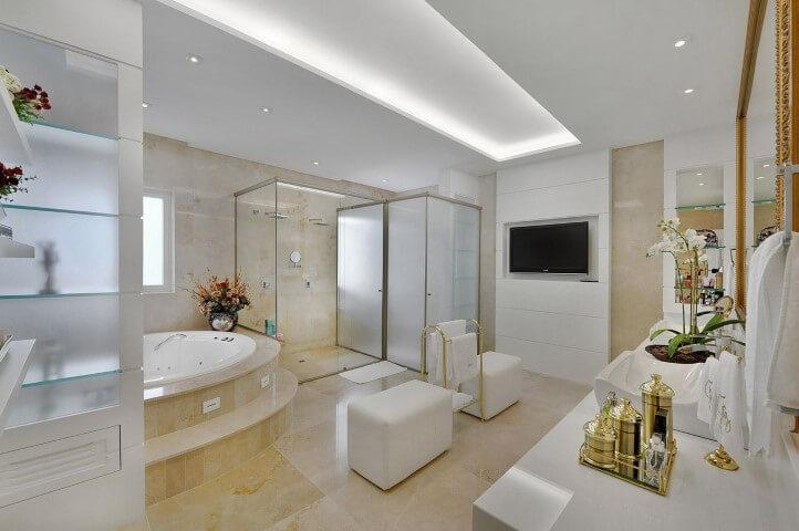Banheiro de luxo com puffs brancos Projeto de Bender Arquitetura