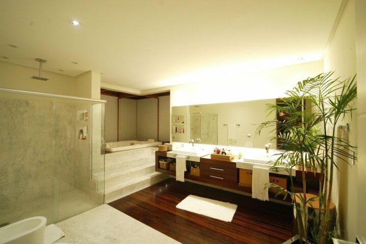 Banheiro de luxo com revestimento amadeirado Projeto de Mascarenhas Arquitetos