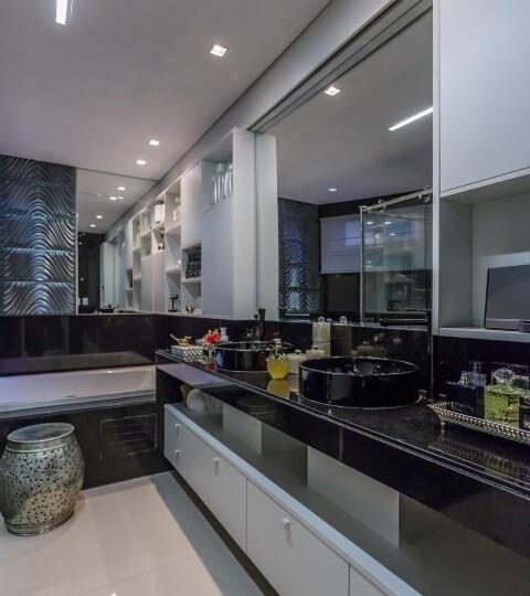 Banheiro de luxo com revestimentos escuros Projeto de Georgia Suassuna