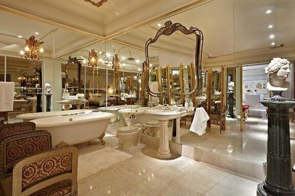 Banheiro de luxo espelhado Projeto de SQ Arquitetos
