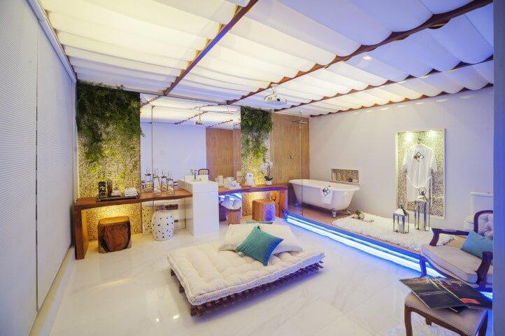 Banheiro de luxo futton e poltrona Projeto de Janete Barros