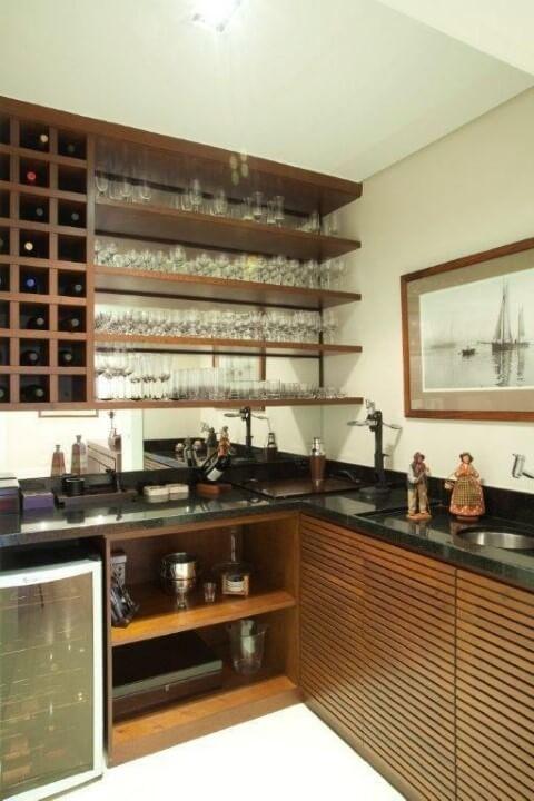 Bar em casa com adega e prateleiras Projeto de Jannini Sagarra Arquitetura
