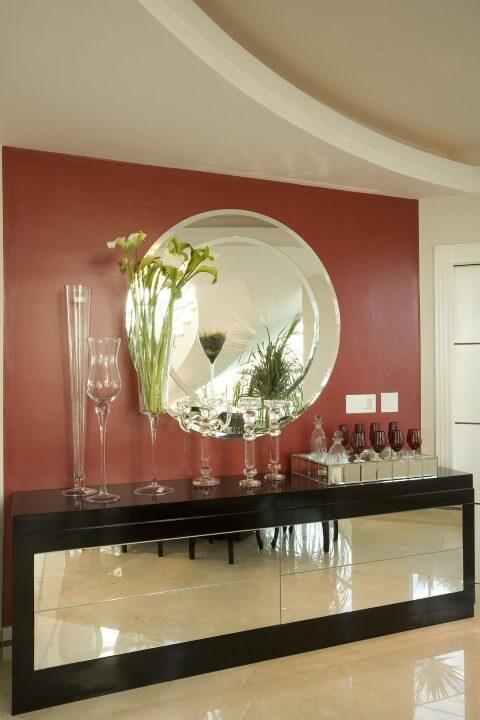Bar em casa com aparador espelhado Projeto de Aquiles Nicolas Kilaris