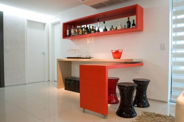 Bar em casa com aparador que se torna uma mesa com banquetas Projeto de Lina Eleuterio
