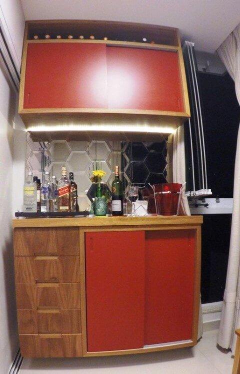 Bar em casa com armário próprio Projeto de Fernanda Louzada Carvalho