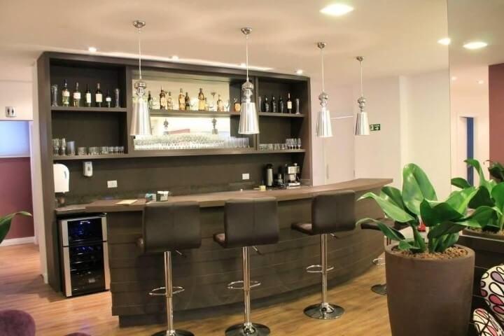 Bar em casa com bancada Projeto de Daniela Lopes