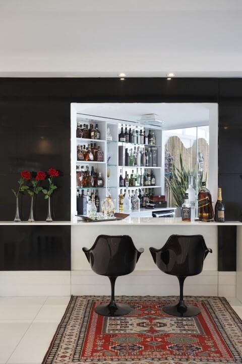 Bar em casa com bancada baixa Projeto de Arq Elaine Fonseca