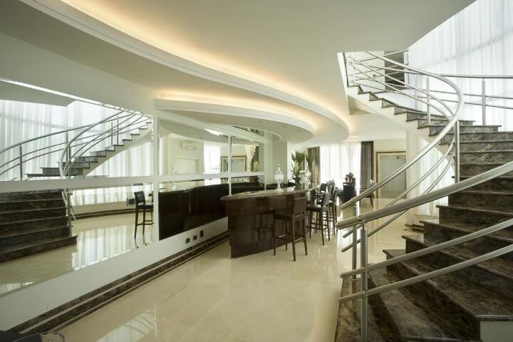Bar em casa com bancos altos Projeto de Aquiles Nicolas Kilaris