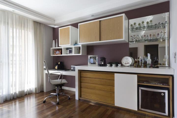 Bar em casa com home office Projeto de Juliana Conforto