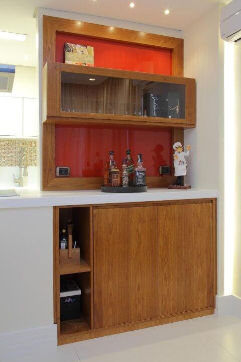 Bar em casa com móveis de madeira Projeto de Cris Paola