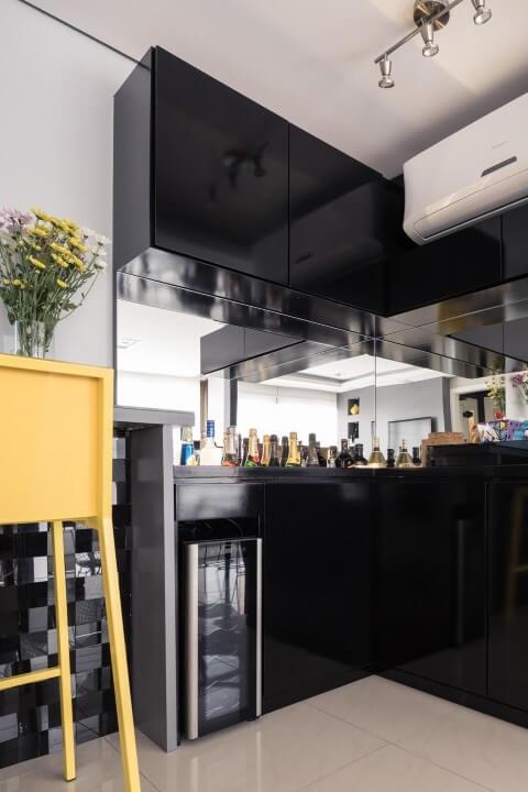 Bar em casa com móvel preto Projeto de Bladi Haus