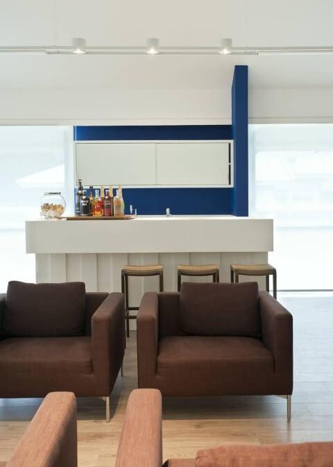 Bar em casa com poltronas marrom Projeto de Renata Basques
