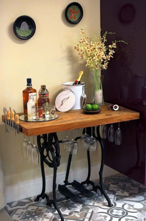 Bar em casa com suportes para taças e ímã para facas Projeto de Lorrayne Zucolotto