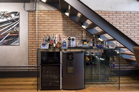 Bar em casa debaixo da escada Projeto de Carla Cuono