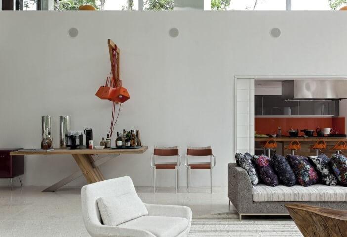 Bar em casa em aparador de madeira Projeto de Sandra Picciotto